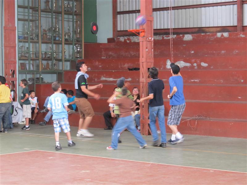 Jugando basquetbol